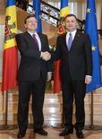 Президент Еврокомиссии Жозе Мануэль Баррозу пожимает руку премьеру Молдавии Владу Филату в Кишинёве 30 ноября 2012 года. Евросоюз уже в 2013 году может подписать соглашение об ассоциированном членстве и свободной торговле с Молдавией, которая демонстрирует прогресс в реформах, сказал Баррозу. REUTERS/Viktor Dimitrov