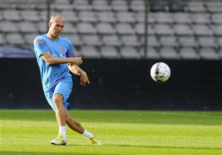 Netherlands' Arjen Robben kicks the ball during a training session ahead of their August 15 friendly soccer match against Belgium in Brussels August 14, 2012. REUTERS/Laurent Dubrule/Files