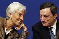 Diretora-gerente do FMI, Christine Lagarde (E), e presidente do BCE, Mario Draghi, vão à coletiva de imprensa no ministério de Economia, em Paris. A crise na zona do euro está longe de terminar, e seus membros precisam consolidar seus orçamentos e forjar uma união bancária para tornar o bloco economicamente mais estável, disseram dirigentes do Fundo Monetário Internacional e do Banco Central Europeu. 30/11/2012 REUTERS/Charles Platiau