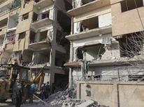 Aviones de la Fuerza Aérea siria bombardearon el viernes objetivos rebeldes cercanos a la ruta que va al aeropuerto de Damasco y una aerolínea regional dijo que la violencia ha paralizado los vuelos internacionales a la capital. En la imagen, residentes cerca de un edificio que según activistas fue atacado por un caza en Daria, cerca de Damasco, el 29 de noviembre de 2012. REUTERS/Kenan Al-Derani/Shaam News Network/Handout ESTA IMAGEN HA SIDO PROPORCIONADA POR UN TERCERO. REUTERS LA DISTRIBUYE, EXACTAMENTE COMO LA RECIBIÓ, COMO UN SERVICIO A SUS CLIENTES.