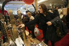 <p>Les dépenses des ménages américains ont reculé en octobre, pour la première fois depuis cinq mois, conséquence de la stagnation des revenus qui laisse présager une faible croissance économique au quatrième trimestre. /Photo prise le 23 novembre 2012/REUTERS/Keith Bedford</p>