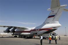 Avião transportando ajuda médica da Rússia para o governo sírio é visto no aeroporto de Damasco. Jatos da força aérea da Síria bombardearam alvos rebeldes perto da estrada do aeroporto de Damasco e uma companhia aérea regional disse que havia suspendido os voos internacionais para a capital por causa da violência. 6/10/2012 REUTERS/Khaled al-Hariri