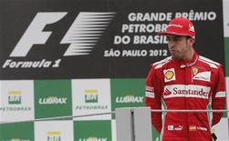 Sebastian Vettel, de Red Bull, no cometió ninguna infracción durante el Gran Premio de Brasil que ponía fin a la temporada, dijo la FIA, el organismo que regula la F-1, lo que implica que el alemán mantiene su título mundial. En la imagen, Fernando Alonso en el podium del Gran Premio de Brasil en Interlagos, tras perder el mundial por tres puntos ante Vettel, el 25 de noviembre de 2012. REUTERS/Paulo Whitaker