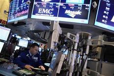 Wall Street abrió plano el viernes, guiado por la cautela a la espera de una declaración del presidente de Estados Unidos sobre los avances en las negociaciones presupuestarias que han alimentado la volatilidad y el nerviosismo en los mercados financieros. En la imagen, un operador en la Bolsa de Nueva York, el 30 de noviembre de 2012. REUTERS/Keith Bedford