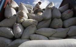 Homem carrega sacas de café em caminhão na província de Son La, a oeste de Hanói, no Vietnã. As exportações globais de café subiram para 8,88 milhões de sacas de 60 kg em outubro, alta de 17,3 por cento ante as 7,57 milhões no mesmo mês do ano passado, disse a Organização Internacional do Café (OIC) nesta sexta-feira. 19/11/2012 REUTERS/Kham