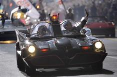 """¿Quiere su propia versión del Batmóvil? El coche original de la serie de televisión """"Batman"""" va a salir a subasta y se espera que alcance una suma de siete cifras, dijo el jueves la casa de subastas Barrett-Jackson. En la imagen, el Batmóvil original de la serie de Batman en Los Ángeles, el 25 de noviembre de 2012. REUTERS/Phil McCarten"""
