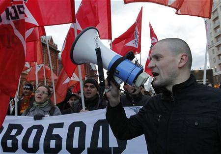 Left front opposition movement leader Sergei Udaltsov (R) leads his supporters as they mark the anniversary of the 1917 Bolshevik revolution in Moscow November 7, 2012. REUTERS/Maxim Shemetov