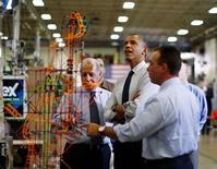 """El presidente de Estados Unidos, Barack Obama, acusó el viernes a un """"puñado de republicanos"""" en la Cámara de Representantes de retener la legislación para extender recortes de impuestos a la clase media para intentar preservarlos para los más ricos. En la imagen, el presidente de EEUU, Barack Obama (segundo por la izquierda) mira una montaña rusa de juguete en el Rodon Group, una fábrica de juguetes en Hatfield, Pensilvania, el 30 de noviembre de 2012. REUTERS/Jason Reed"""