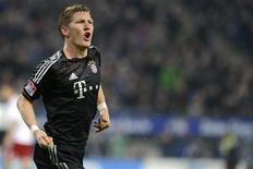 <p>Le Munichois Bastian Schweinsteiger jouera samedi le match du Bayern contre le Borussia Dortmund, que manquera son équipier Arjen Robben. /Photo prise le 3 novembre 2012/REUTERS/Fabian Bimmer</p>