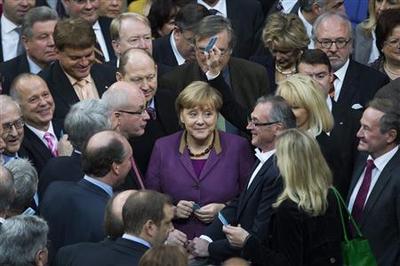 German lawmakers approve Greek bailout despite qualms