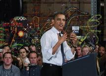 """El presidente de Estados Unidos, Barack Obama, aumentó el viernes la presión sobre los republicanos en las negociaciones sobre el """"abismo fiscal"""", instando a los estadounidenses a respaldar su intento de subir los impuestos a los ricos y extender recortes tributarios a la clase media. Imagen de Obama hablando ante los empleados de una fábrica de juguetes del Grupo Rodon en Hatfield, Pensilvania, el 30 de noviembre. REUTERS/Jason Reed"""