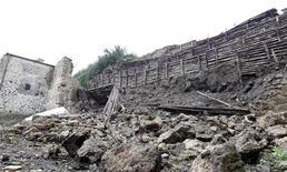 Parte de la pared de una casa en la antigua ciudad de Pompeya se derrumbó el viernes, aumentando las preocupaciones sobre el estado de uno de los yacimientos arqueológicos más preciados del mundo. Imagen de archivo de una gran sección de un muro en el jardín de la Casa del Moralista tras hundirse en Pompeya en noviembre de 2010. REUTERS/Ciro De Luca