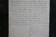 """Uma rara carta em que Napoleão Bonaparte promete """"explodir o Kremlin"""" é exibida em uma casa de leilão em Paris, na França, em 22 de novembro. 22/11/2012 REUTERS/Charles Platiau"""