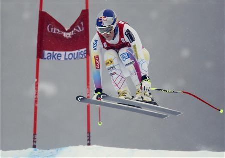 U.S. skier Lindsey Vonn speeds past a gate in the fog during the first Women's World Cup downhill skiing race of the season in Lake Louise, Alberta, November 30, 2012. REUTERS/Mike Blake