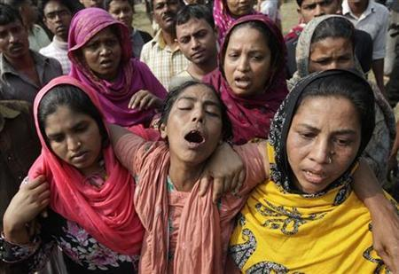 Relatives mourn the death of a garment worker after a devastating fire in a garment factory in Savar November 25, 2012. REUTERS/Andrew Biraj