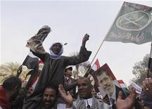 Decenas de miles de islamistas se manifestaron el sábado en El Cairo en apoyo del presidente Mohamed Mursi, que se apresura a trabajar sobre una nueva constitución para tratar de aplacar la furia sobre su reciente ampliación de poderes. En la imagen, partidarios de Mursi durante una manifestación en El Cairo, el 1 de diciembre de 2012. REUTERS/Amr Abdallah Dalsh