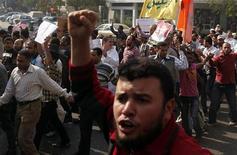 Manifestantes pró-Mursi participam de protesto em apoio ao presidente do Egito, Mohamed Mursi, no Cairo. Dezenas de milhares de islamitas fizeram uma manifestação no Cairo, neste sábado, em apoio ao presidente Mohamed Mursi, que está preparando uma Constituição para tentar neutralizar a fúria da oposição sobre seus poderes recentemente expandidos. 01/12/2012 REUTERS/Asmaa Waguih