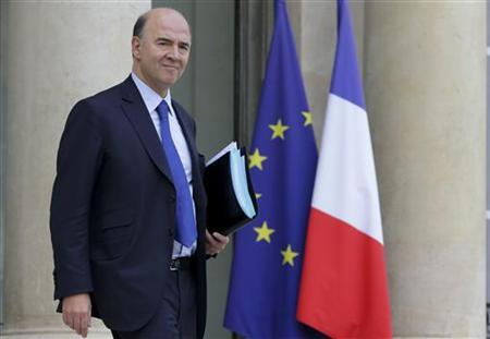 French Economy and Finance Minister Pierre Moscovici leaves the Elysee Palace after the weekly cabinet meeting in Paris November 28, 2012. REUTERS/Philippe Wojazer