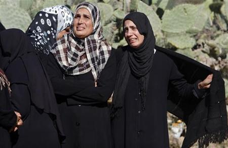 Palestinian relatives of Mahmoud Gargoon mourn during his funeral in Rafah in the southern Gaza Strip December 1, 2012. REUTERS/Ibraheem Abu Mustafa