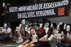 Membros da ONG Rio de Paz prostestam contra a violência no Brasil durante o sorteio oficial dos grupos da Copa das Confederações de 2013 em São Paulo. Manifestantes usando máscaras brancas fizeram um protesto do lado de fora do local do sorteio dos grupos da Copa das Confederações em São Paulo, neste sábado, contra a violência nas maiores cidades do país. 01/12/2012 REUTERS/Nacho Doce