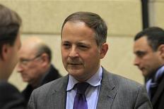 """Benoit Coeure conversa durante nomeação de candidatura ao Conselho Executivo do BCE no Ministério das Finanças em Paris, França. O membro do Conselho Executivo do Banco Central Europeu (BCE) Benoit Coeure pediu neste sábado a governos da zona do euro para que fomentem uma união política mais ampla, argumentando que o """"euro é uma moeda com um Estado"""". 25/11/2011 REUTERS/Charles Platiau"""