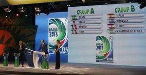 Secretário geral da FIFA Jerome Valcke (C), Alex Atala e a modelo Adriana Lima participam do sorteio oficial dos grupos da Copa das Confederações de 2013 em São Paulo. A tabela da primeira fase da Copa das Confederações de 2013 foi definida neste sábado, em sorteio realizado em São Paulo. O Brasil está no Grupo A, ao lado de Japão, México e Itália. 01/12/2012 REUTERS/Nacho Doce