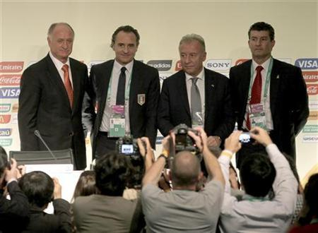 Brazilian soccer team coach Felipe Scolari (L) stands with Italy's coach Cesare Prandelli (2nd L), Japan's coach Alberto Zaccheroni (2nd R) and and Mexico's coach Jose Manuel de la Torre stand together at a press conference following the official draw for FIFA Confederations Cup Brazil 2013 in Sao Paulo, December 1, 2012. REUTERS/Paulo Whitaker