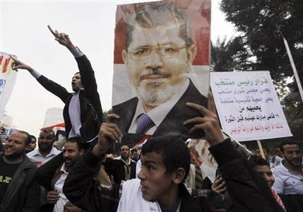 Supporters of Egyptian President Mohamed Mursi chant pro-Mursi slogans during a rally in the vicinity of Cairo University and Nahdet Misr Square in Giza, on the outskirts of Cairo December 1, 2012. REUTERS/Amr Abdallah Dalsh