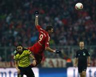 <p>Mario Mandzukic du Bayern Munich (9) déséquilibré dans son duel aérien avec Neven Subotic du Borussia Dortmund. Les deux derniers clubs sacrés champions d'Allemagne ces trois dernières années se sont neutralisés samedi en Bavière (1-1) au terme d'un match dont les héros ont été les gardiens. /Photo prise le 1er décembre 2012/REUTERS/Michael Dalder</p>