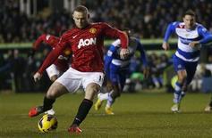 <p>But de Wayne Rooney pour Manchester United à Reading. Le leader du championnat a un peu pris le large en tête de la Premier League samedi grâce à sa victoire sur Reading qui a mené en début de match avant de plier sous l'effet des bourrasques mancuniennes (4-3). /Photo prise le 1er décembre 2012/REUTERS/Eddie Keogh</p>