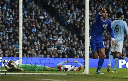Everton's Marouane Fellaini (2nd R) celebrates scoring against Manchester City during their English Premier League soccer match in Manchester, northern England December 1, 2012. REUTERS/Nigel Roddis