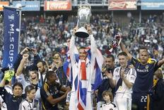 <p>L'Anglais David Beckham a réussi samedi ses adieux au Los Angeles Galaxy avec un deuxième titre consécutif en Major League Soccer, championnat nord-américain de football, remporté aux dépens du Houston Dynamo (3-1). /Photo prise le 1er décembre 2012/REUTERS/Danny Moloshok</p>
