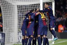 <p>Le FC Barcelone a signé samedi face à l'Athletic Bilbao (5-1) une 13e victoire pour un match nul en 14 rencontres de championnat d'Espagne, réussissant ainsi le meilleur début de saison de l'histoire de la Liga. /Photo prise le 1er décembre 2012/REUTERS/Gustau Nacarino</p>
