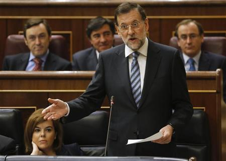 Spanish Prime Minister Mariano Rajoy (C) talks next to Spanish Deputy Prime Minister Soraya Saenz de Santamaria during a parliamentary session at Spanish parliament in Madrid November 28, 2012. REUTERS/Andrea Comas