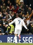 Cristiano Ronaldo fue el foco de las ovaciones en el Bernabéu tras liderar al equipo en su victoria contra el Atlético de Madrid en el derbi de la capital después de que el desafío de Mourinho a sus detractores no consiguiera unir al Bernabéu. En la imagen, Ronaldo celebra su gol conta el Atlético de Madrid en el Bernabéu. REUTERS/Andrea Comas