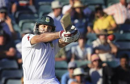 South Africa's Hashim Amla hits a boundary off a ball from Australia's Mitchell Starc at the WACA during the second day's play of the third cricket test match in Perth December 1, 2012. REUTERS/Stringer