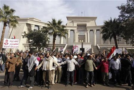 Supporters of Egyptian President Mohamed Mursi rally in front of the Supreme Constitutional Court in Maadi, south of Cairo December 2, 2012. REUTERS/Amr Abdallah Dalsh
