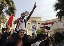 El Tribunal Constitucional egipcio pospuso indefinidamente el domingo sus trabajos después de una protesta de islamistas afines al presidente Mohamed Mursi en los exteriores de su sede. En la imagen, partidarios de Mursi protestan ante la sede del Constitucional en El Cairo, el 2 de diciembre de 2012. REUTERS/Amr Abdallah Dalsh