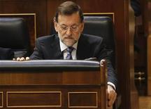 """<p>Le président du gouvernement espagnol, Mariano Rajoy, déclare dimanche qu'il sera """"très compliqué"""" pour l'Espagne de tenir son objectif de déficit de 6,3% du PIB cette année et n'exclut pas de demander un plan de soutien financier à ses partenaires. /Photo prise le 28 novembre 2012/REUTERS/Andrea Comas</p>"""