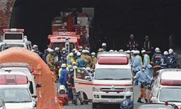 Un túnel en una de las principales autopistas del centro de Japón se derrumbó el domingo causando la muerte de al menos tres personas y provocando un incendio, informaron medios japoneses. En la imagen, policías y bomberos frente al Túnel Sasago en la Autopista Chuo en Otsuki, Yamanashi, el 2 de diciembre de 2012. REUTERS/Kyodo