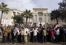 <p>Manifestation de partisans du président égyptien Mohamed Morsi devant la Haute Cour constitutionnelle d'Egypte à Maadi, au sud du Caire. La Haute Cour a suspendu ses travaux pour une période indéfinie au lendemain d'une manifestation islamiste de soutien à Mohamed Morsi qui a rassemblé plus de 200.000 personnes dans la capitale. /Photo prise le 2 décembre 2012/REUTERS/Amr Abdallah Dalsh</p>