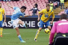 <p>But de Marek Hamsik (à gauche) contre Pescara. Naples est resté au contact de la Juventus Turin dimanche en écrasant Pescara, lanterne rouge de la Serie A, sur le score de 5-1 pour conserver la deuxième place de la Serie A. /Photo prise le 2 décembre 2012/REUTERS/Giampiero Sposito</p>