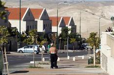 Homem israelense caminha em calçada de assentamento judeu na Cisjordânia, próximo a Jerusalém. O premiê israelense, Benjamin Netanyahu, ignorou a condenação mundial aos planos de Israel de expandir os assentamentos judeus, após os palestinos terem conquistado o reconhecimento de Estado soberano pelas Nações Unidas. 02/12/2012 REUTERS/Baz Ratner