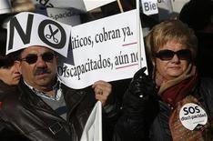 Manifestantes seguram cartazes durante protesto contra cortes do governo para deficientes em Madri, Espanha. Os espanhóis estão perdendo a confiança em seus líderes políticos, depois que o governo de centro-direita impôs cortes de gastos para tentar atingir uma difícil meta de déficit, mostrou uma pesquisa publicada neste domingo no maior jornal da nação, o El País. 02/12/2012 REUTERS/Andrea Comas