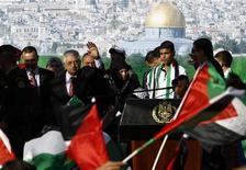 Presidente da Palestina, Mahmoud Abbas, acena durante comício de comemoração à elevação do status da Palestina pela Assembleia Geral da ONU em Ramallah, Cisjordânia. Israel disse neste domingo que está congelando a transferência mensal de receitas fiscais para a Autoridade Palestina depois do reconhecimento implícito de um Estado palestino pela Organização das Nações Unidas na quinta-feira. 02/12/2012 REUTERS/Ammar Awad