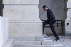 Secretário do Tesouro dos EUA, Timothy Geithner chega em Capitol Hill para reunião com Nancy Pelosi em Washington D.C., EUA. Geithner pressionou os republicanos neste domingo para que ofereçam um plano que resulte em aumentos de arrecadação e cortes de gastos do governo, e previu que eles concordariam em elevar impostos aos mais ricos a fim de assegurar um acordo até o fim do ano para se evitar o abismo fiscal. 29/11/2012 REUTERS/Benjamin Myers