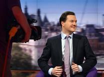 Ministro das Finanças britânico, George Osborne, prepara-se para falar no Andrew Marr Show da BBC em Londres. Osborne afirmou neste domingo que vai se deter a seu programa de redução de déficit assim que apresentar um relatório fiscal semestral na quarta-feira, apesar do fraco crescimento econômico. 02/12/2012 REUTERS/Jeff Overs/BBC/Handout