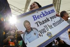 """Fã agradece David Beckham do Los Angeles Galaxy com cartaz antes de partida contra o Houston Dynamo em Carson, Califórnia, EUA. Os companheiros de equipe do astro britânico David Beckham no Los Angeles Galaxy pediram a ele que fique por mais um ano após a conquista, no sábado, do bicampeonato nacional norte-americano. No cartaz, lê-se """"Beckham, obrigado. Sentiremos sua falta"""". 01/12/2012 REUTERS/Danny Moloshok"""