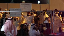 La famosa estadounidense Kim Kardashian provocó el sábado la histeria de sus fans y enfrentamientos entre indignados extremistas musulmanes y la Policía en su visita a Bahréin para poner en marcha una franquicia de batidos, según dijeron testigos. En la imagen, los manifestantes salafistas contrarios a la visita de Kardashian portan carteles en el exterior del centro comercial. REUTERS/Hamad I Mohammed
