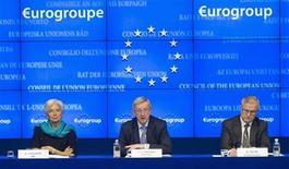 Los ministros de Finanzas de la zona euro discutirán el lunes los términos de la recompra de deuda griega, que será anunciada el mismo día, y discutirán sobre un rescate a Chipre, aunque no se tomará una decisión sobre este tema, dijo esta semana un alto cargo europeo. En la imagen, la directora gerente del Fondo Monetario Internacional Christine Lagarde, el primer ministro de Luxemburgo y presidente del Eurogrupo, Jean-Claude Juncker y el comisario europeo de Asuntos Económicos y Monetarios, Olli Rehn, durante una conferencia de prensa en Bruselas, el 27 de noviembre de 2012. REUTERS/Jock Fistick/Pool